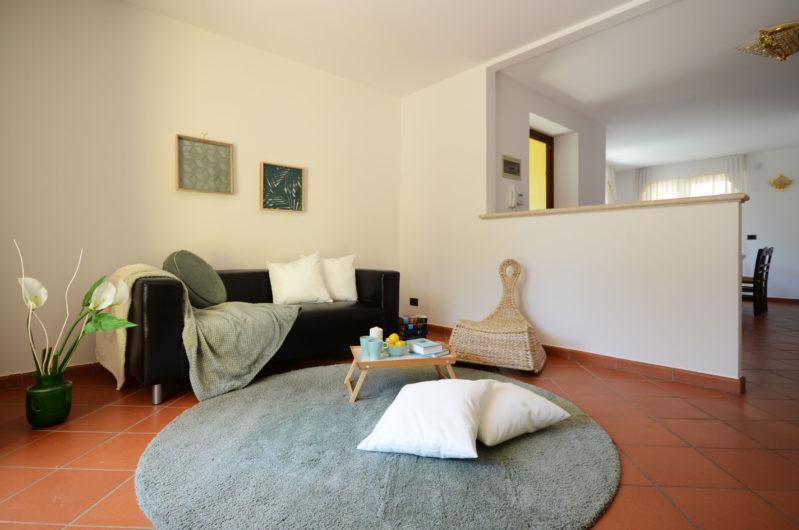 http://www.homestagingtrieste.it/wp-content/uploads/2018/08/09_Duino_villetta_con_giardino_soggiorno3-e1535015968717.jpg